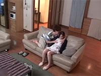再婚した父を外で待たせてマジックミラーの内側では義母と息子が近親相姦セックス